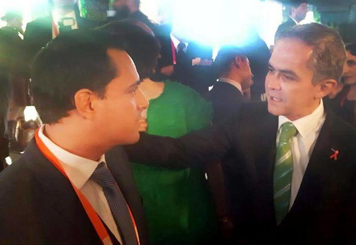 El edil de Mérida con Miguel Ángel Mancera, jefe de Gobierno de la CDMX, durante en su encuentro en el 'Pacto de Alcaldes'. (Milenio Novedades)
