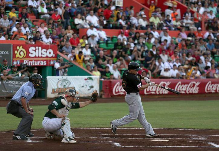 Los Pericos batearon fuerte este domingo en el Kukulcán. Con 13 hits consolidaron cuatro carreras. (Notimex)