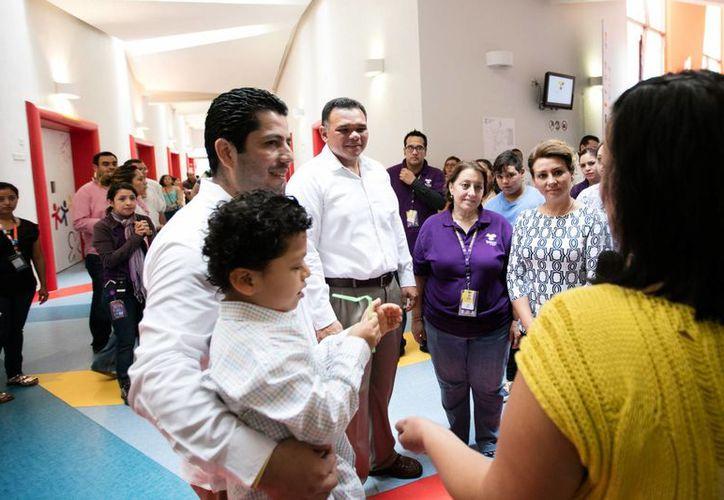 Este sábado el Gobernador Rolando Zapata acudió a realizar su donativo al Teletón y recorrió las instalaciones del CRIT Yucatán. (Foto cortesía del Gobierno de Yucatán)
