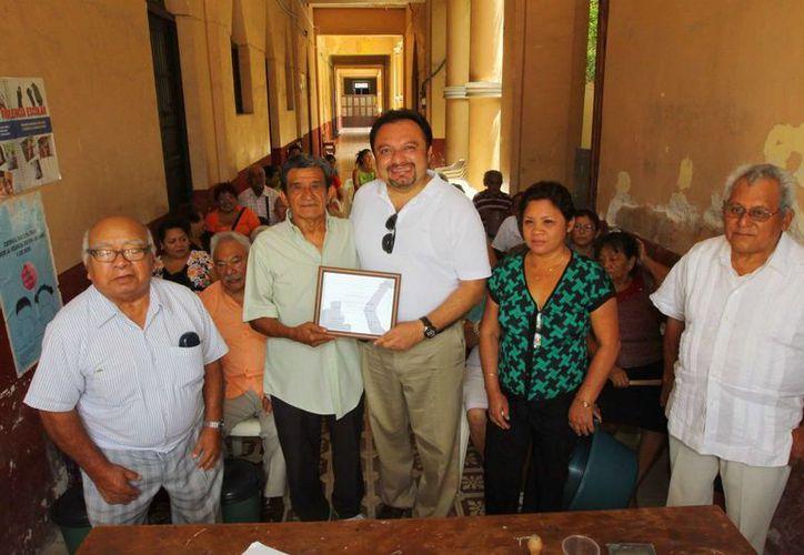 El diputado Francisco Torres Rivas recibió un reconocimiento de la Asociación de Pensionados, Jubilados y de la Tercera Edad en Yucatán. (SIPSE)