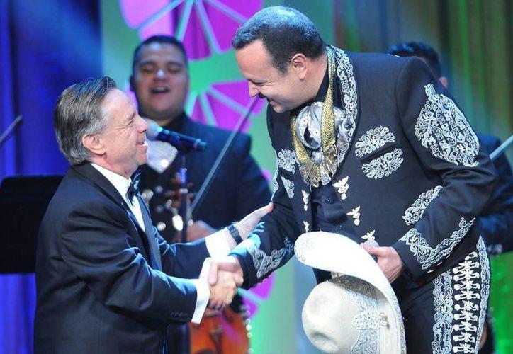 Pepe Aguilar recibió de manos del embajador mexicano en Estados Unidos, Eduardo Medina Mora, el galardón que entrega la Fundación Herencia Hispana. (Notimex)
