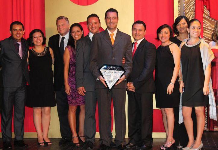 En la entrega del distintivo estuvieron presentes los colaboradores del hotel. (Adrián Barreto/SIPSE)