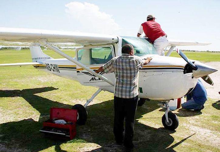 Protección Civil y Bomberos se trasladaron a Tomatlán para auxiliar al único tripulante. (Milenio Novedades)