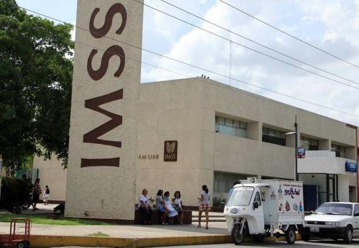 """IMSS recomendó extremar precauciones y en caso de requerirlo, y de que el caso sea una """"urgencia real"""", acudir al área de urgencias de su clínica. (SIPSE)"""