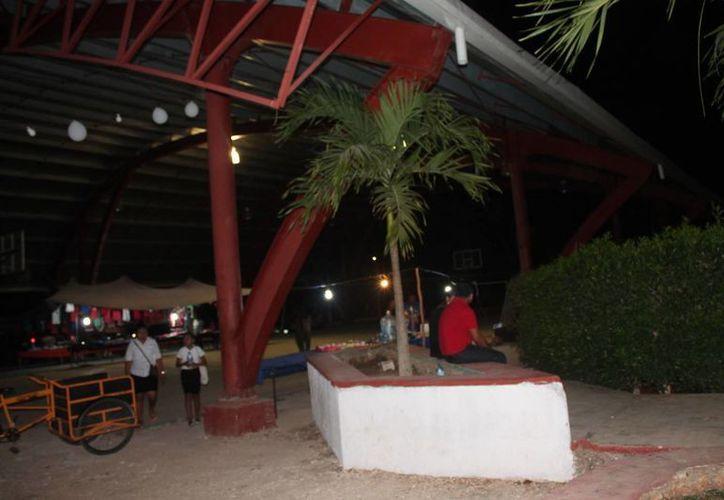 En el domo del parque principal sólo se cuenta con dos lámparas. (Gloria Poot/SIPSE)