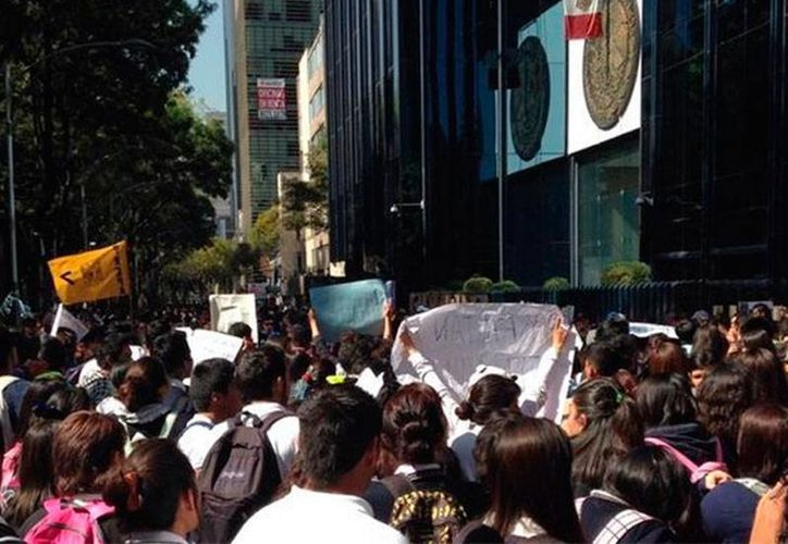 Los padres de 43 normalistas de Ayotzinapa continúan su lucha para desacreditar la verdad oficial sobre el destino de los estudiantes. La imagen es de una protesta, frente a PGR, utilizada como contexto. (NTX)