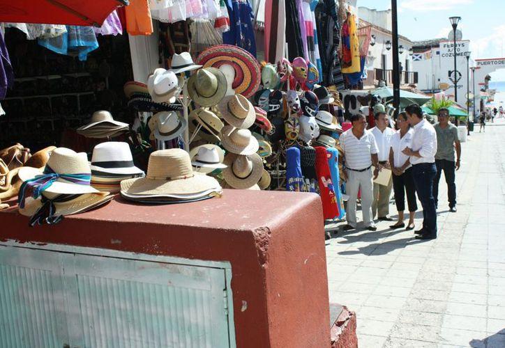 Funcionarios municipales acudieron a la Quinta Avenida a informar sobre el ordenamiento. (Alida Martínez/SIPSE)