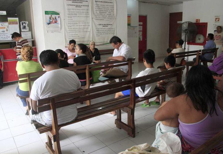 En las consultas médicas se detectan casos de dengue y de chikungunya. (Tomás Álvarez/SIPSE)