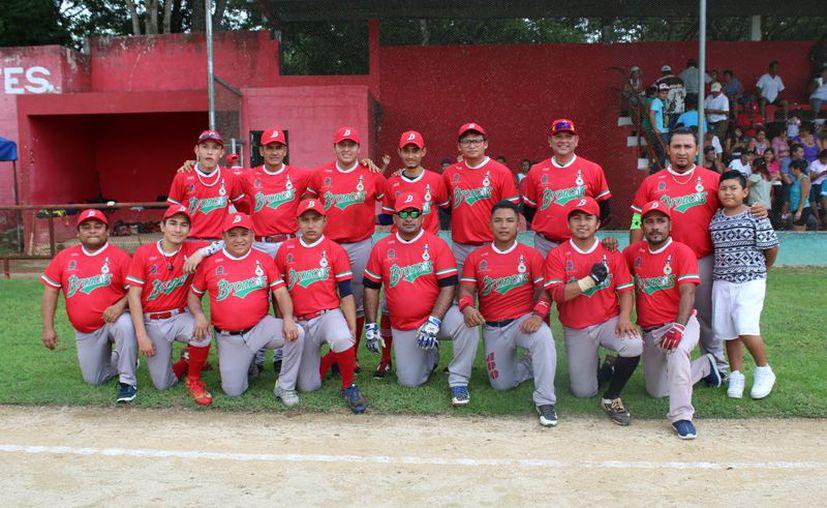 Los Broncos de José María Morelos obtuvieron su quinto campeonato en la liga estatal de Béisbol de la Frontera Sur. (Tony Blanco/SIPSE)