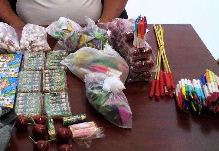Un kilo y medio de productos de pirotecnia fueron decomisados ayer en una 'tiendita'. (Rossy López/SIPSE)