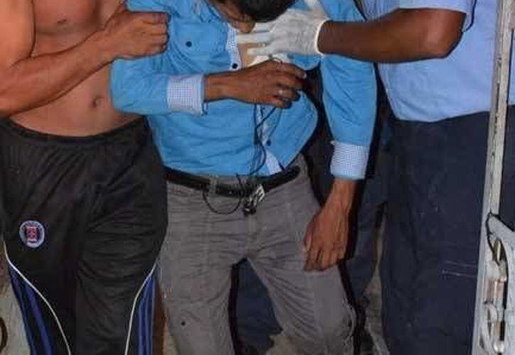 Rigoberto se encontraba consciente cuando llegaron los paramédicos, sin embargo necesitó ayuda para levantarse.  (Redacción/SIPSE)