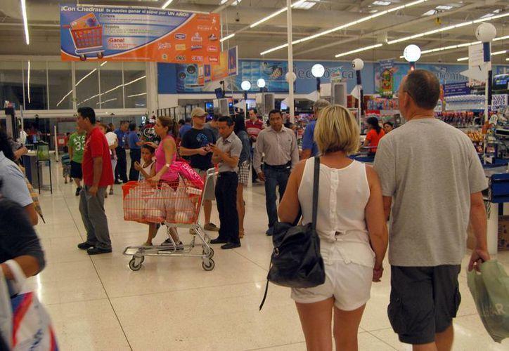 De 10 clientes sólo uno compró lo necesario para la llegada de un fenómeno meteorológico. (Tomás Álvarez/SIPSE)