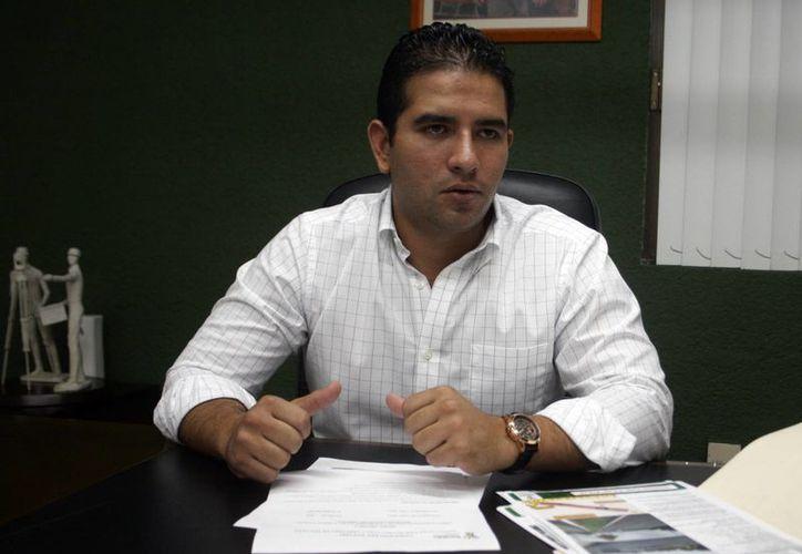 El director del Instituto de Infraestructura Carretera del Estado de Yucatán, Javier Osante Solís, al ser entrevistado por los trabajos que se relizarán. (Milenio Novedades)