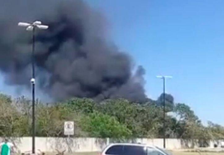 Una densa columna de humo, en la zona de ciudad Caucel, llamó la atención de los meridanos porque podía observarse desde varios kilómetros de distancia. (Vazkez Angel)