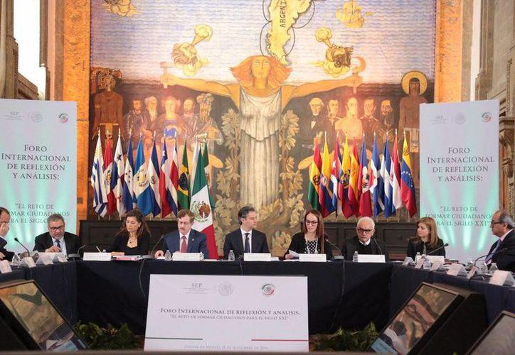 Imagen del primer Foro Internacional de Reflexión y Análisis. En el lugar, Nuño Mayer explicó que con la Reforma Educativa se mejora la organización e infraestructura de las escuelas. (@aurelionuno)