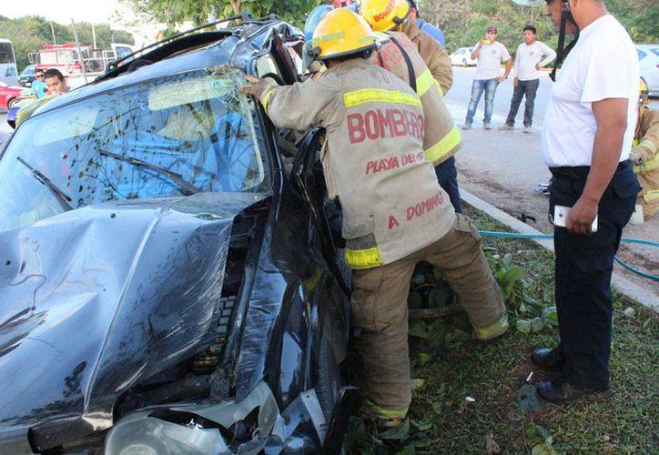 Bomberos y paramédicos tranquilizaron a la mujer mientras realizaban las labores de rescate. (Redacción/SIPSE)