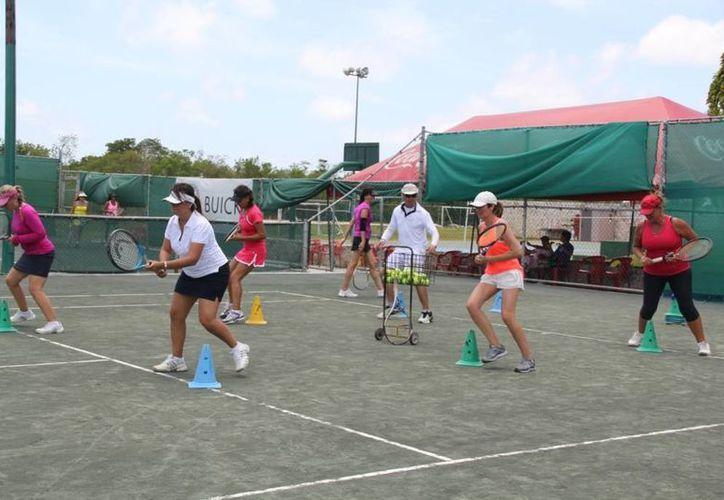 Tenistas del Club Casablanca aprovecharon al máximo las clínicas. (Raúl Caballero/SIPSE)