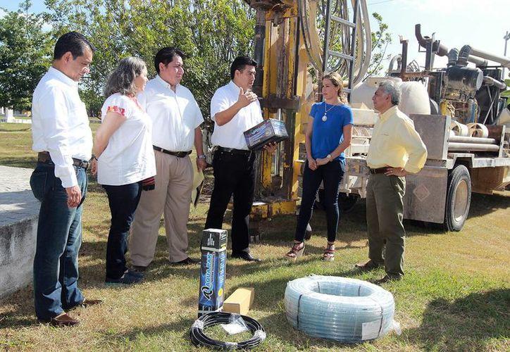 """Empresa avícola entregó un sistema de riego e inició los trabajos de perforación de un pozo de 18 metros para el riego del parque de """"Las Estelas"""" de la colonia San Antonio Kaua 2, en el oriente de la ciudad. (Milenio Novedades)"""