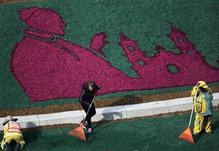 Trabajadores le dan los últimos toques a una imagen del papa Francisco hecha con flores en un terreno junto al Angel de la Independencia en la Ciudad de México. (Agencias)