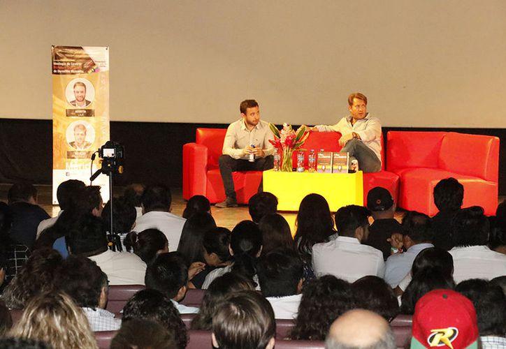 Los escritores durante la charla. (José Acosta/Milenio Novedades)