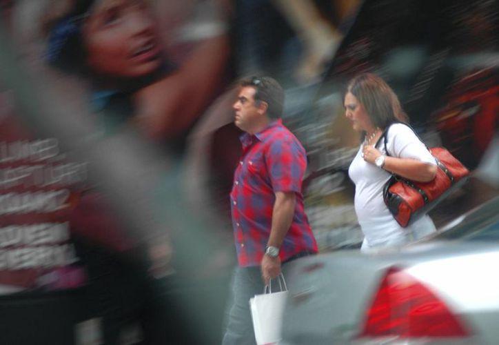 Alejandra y Roberto Salgado con frecuencia visitaban varios bancos durante horas para poder lavar dinero de un cartel mexicano. (Foto proporcionada por la DEA a AP)