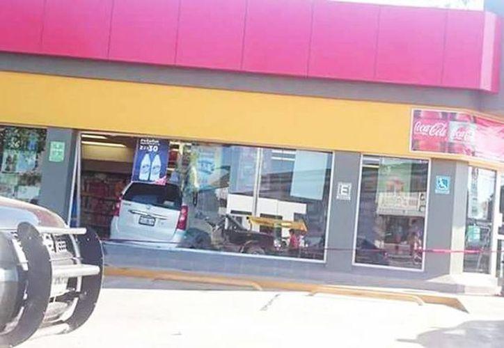 El conductor entró a una tienda Oxxo con todo y camioneta, ubicado en la colonia Kaua 3, en el libramiento de Acanceh. (Milenio Novedades)