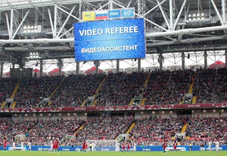 El videoarbitraje se aplica cuando hay dudas en una jugada decisiva, el árbitro principal puede recurrir a sus asistentes de video. (Vanguardia MX)