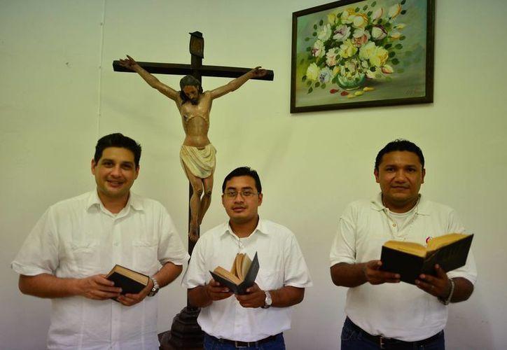 Los futuros nuevos sacerdotes: Luis Miguel Polanco Noh, Ricardo Alejandro Sabido Fernández y José Guillermo Loría Vidal. (Luis Pérez/SIPSE)