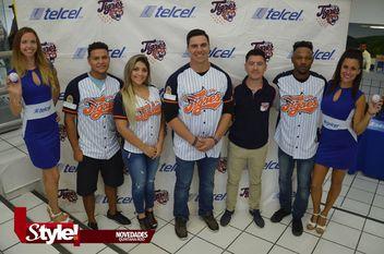 Los Tigres de Quintana Roo firman autógrafos