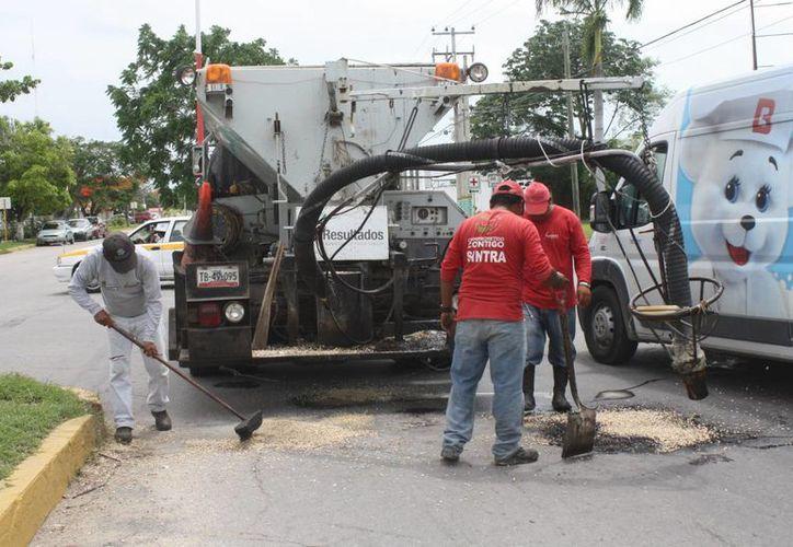 El Ayuntamiento capitalino ha aportado dos millones de pesos para el bacheo. (Enrique Mena/SIPSE)