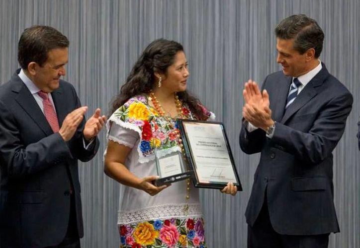 La yucateca Maritza Aurora González Casanova ganó el Premio al Mérito Ecológico 2016. La foto no es del hecho, sino del  Premio Nacional del Emprendedor que en 2014 recibió la hoy premiada. (Archivo/Notimex)