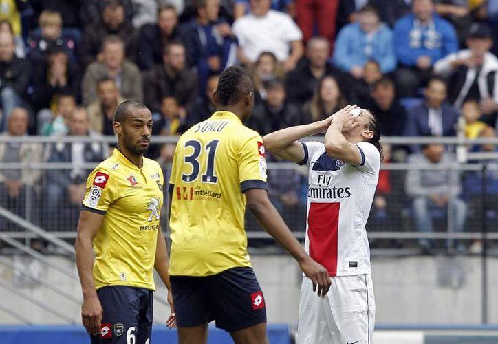 El artillero uruguayo del PSG (d) Edinson Cavani perforó la meta del Sochaux a los 24 minutos del partido. (AP)
