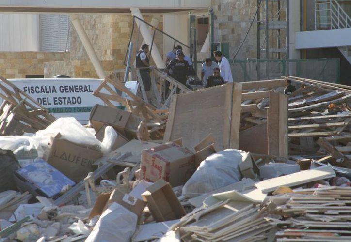 Los cuerpos de emergencia llegaron en minutos, pero solo pudieron constatar que el albañil ya estaba muerto. (César González/SIPSE)