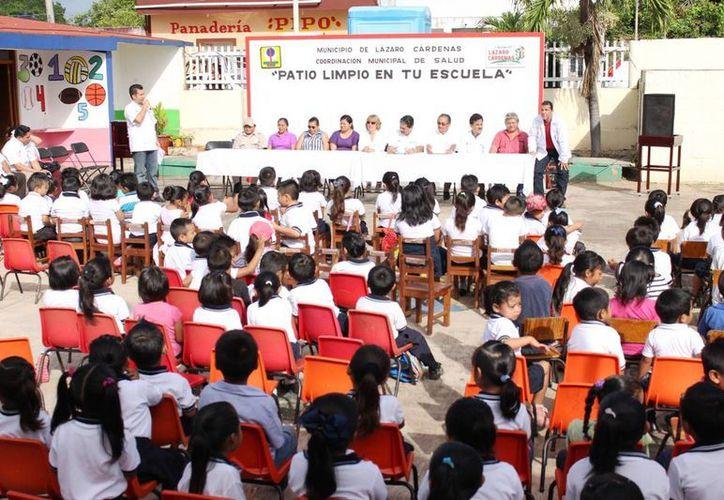"""Inició el programa """"Patio Limpio en Tu Escuela"""" en el municipio. (Raúl Balam/SIPSE)"""