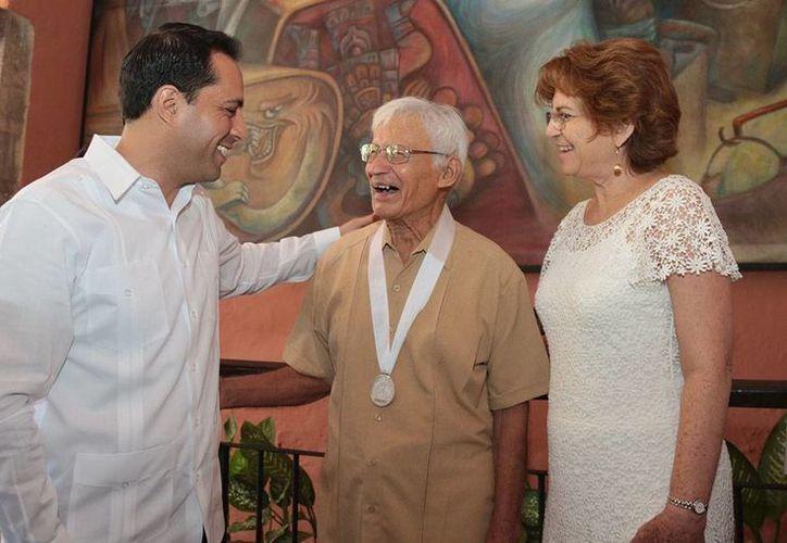 Durante la entrega de la medalla Silvio Zavala el pintor yucateco Manuel Lizama Salazar, el alcalde  Mauricio Vila, sus aportaciones a la cultura y las artes. (Fotos cortesía del Ayuntamiento)