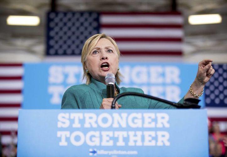 El equipo de Hillary Clinton lanzó el sitio web togetherforamerica.com para que republicanos e independientes firmen en apoyo de la abanderada demócrata. (AP Photo/Andrew Harnik)