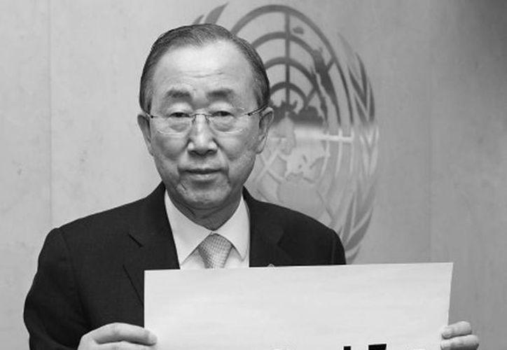 Imagen de Ban Ki-moon con un cartel de la campaña #WhatDoesItTake en los medios sociales. La comunidad internacional expresa su frustración y pide ayuda urgente. (syria-whatdoesittake.org)