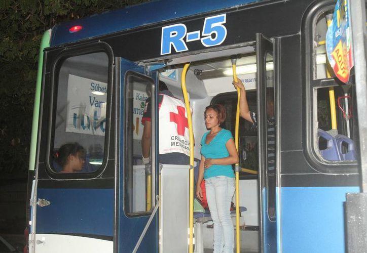 Los elementos de la Cruz Roja valoraron a la niña y se la llevaron a una clínica para recibir atención médica. (Redacción/SIPSE)