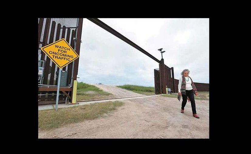 Eloísa Tamez asegura que se siente encarcelada en su propiedad.  (Jesús Quintanar)