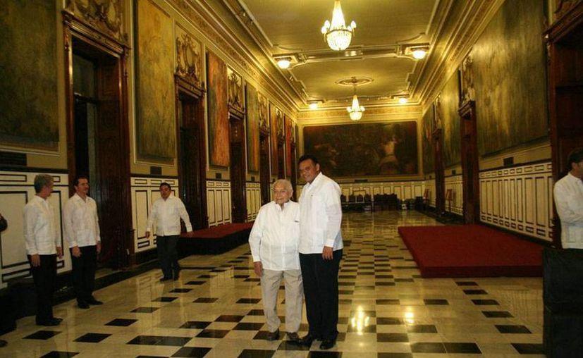 Imagen de archivo de cuando el pintor Fernando Castro Pacheco recibió la medalla Cultura Yucatán 2013.