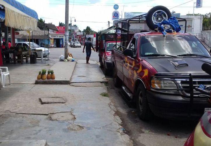 Los locatarios del marcado municipal señalaron que los vendedores son de otros estados y no respetan su permiso de ambulantaje. (Jesús Caama/SIPSE)