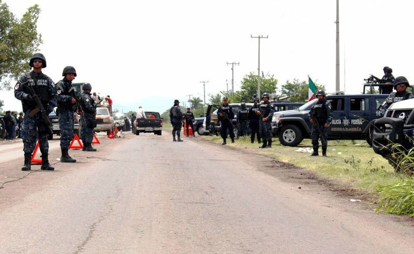 Héctor Astudillo aseguró que dos helicópteros apoyan la búsqueda de las 17 personas que presuntamente están secuestradas. Imagen de contexto de un retén de la Gendarmería en una carretera de Guerrero. (Archivo/Notimex)