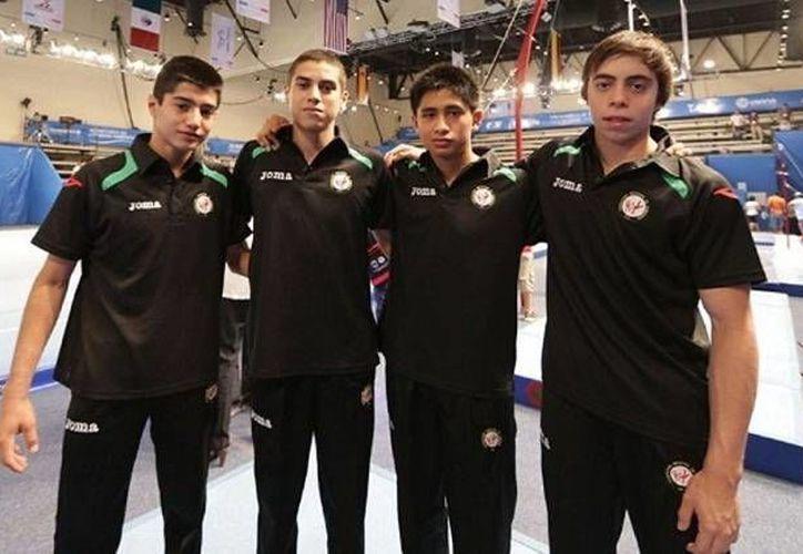 Arturo Juárez (derecha), con otros compañeros gimnastas. (Milenio Novedades)