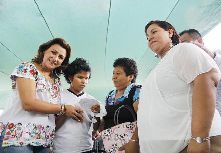 Además del nuevo equipo para la Unidad de Rehabilitación, Sarita Blancarte, presidenta del DIF Yucatán, encabezó la entrega de prótesis, zapatos ortopédicos y otros aparatos para discapacitados. (Cortesía)