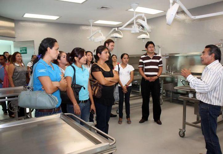 Los visitantes tuvieron la oportunidad de platicar con los médicos forenses para conocer sus experiencias en el campo de su especialidad. (Cortesía)