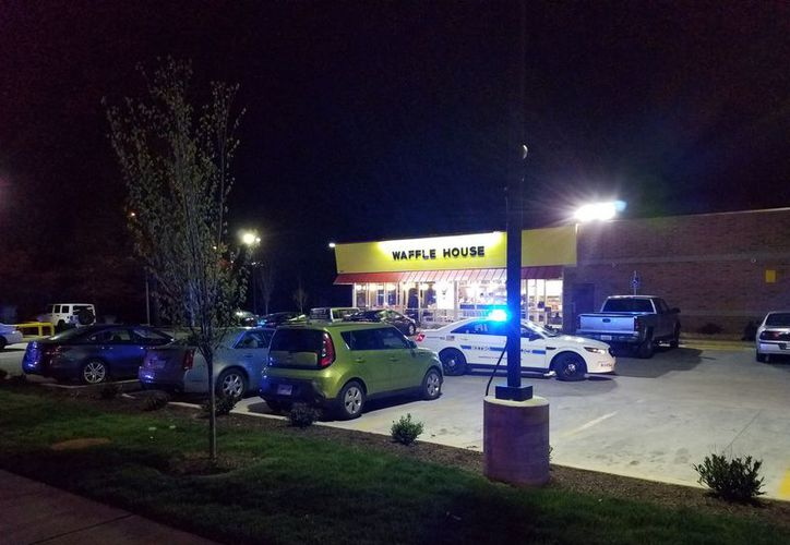 El sujeto disparó contra un establecimiento de la cadena Waffle House. (Foto: Twitter)