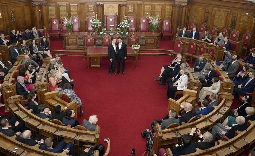 Peter McGraith (2ºiz) y David Cabreza (2ºd), pareja durante 17 años, se casaron hoy en Islington, Londres. (EFE)