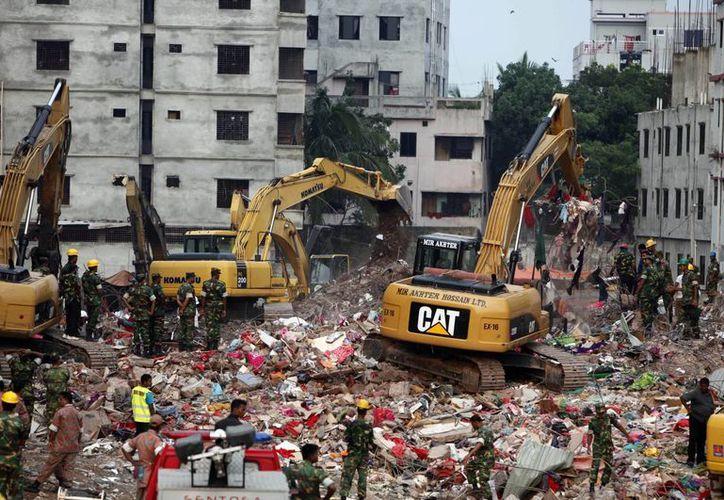 Las excavadoras y otros vehículos fueron retirados del área donde se encontraba el edificio. (Agencias)