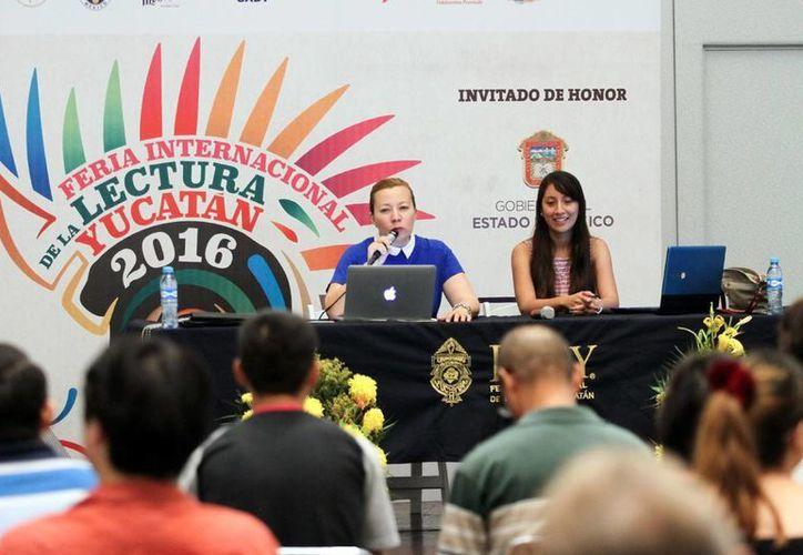 Paola Astrid May Castilla estuvo acompañada de la directora de Redalicy, Ena Evia Ricalde. (Amílcar Rodríguez)