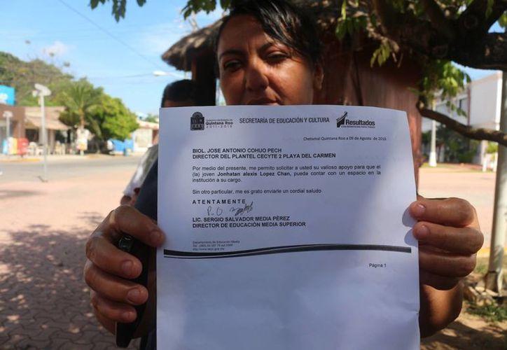 Madres de familia se dicen consternadas por la falta de espacio para que sus hijos continúen sus estudios en escuelas públicas de Playa del Carmen. (Adrián Barreto/SIPSE)